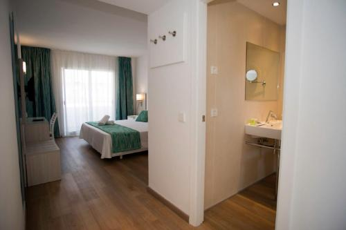 A bed or beds in a room at Aparthotel Diamant