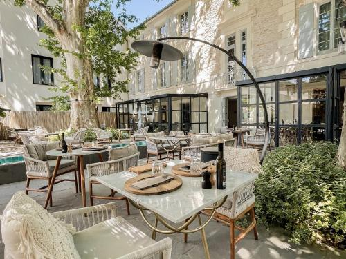 A restaurant or other place to eat at Le Saint Remy