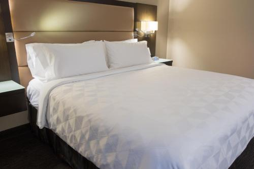 A bed or beds in a room at Holiday Inn Vancouver Downtown & Suites, an IHG Hotel