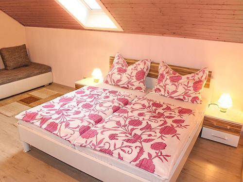 Ein Bett oder Betten in einem Zimmer der Unterkunft Ferienwohnungen Brezjak