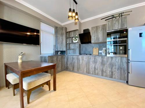 Кухня или мини-кухня в Apartments on Meteleva