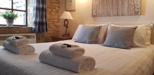 A bed or beds in a room at The Kings Arms Hotel