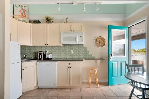A kitchen or kitchenette at Driftwood Resort on the Ocean
