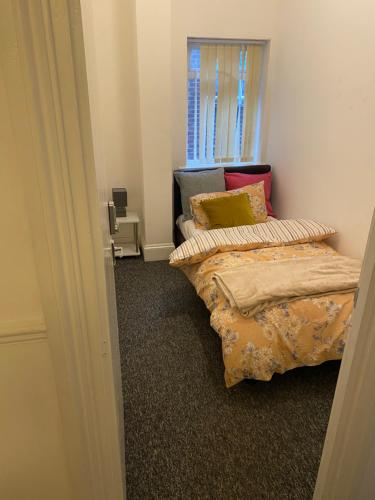 A bed or beds in a room at Tiny Room for Solo Traveller with single bed close to Luton Airport and Town