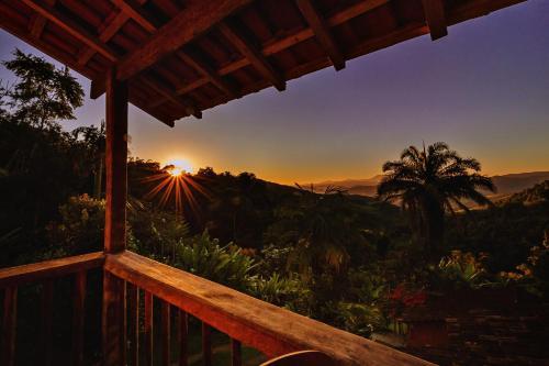 O pôr ou nascer do sol visto do chalé alpino ou dos arredores