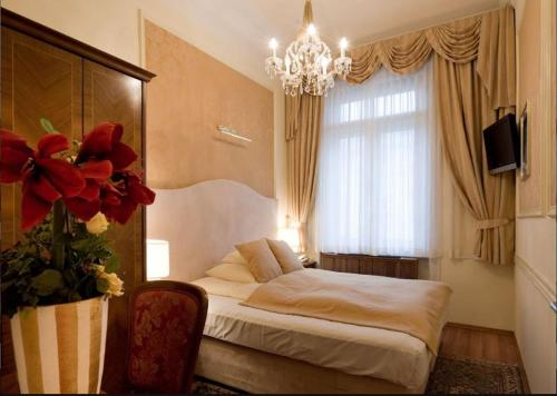 A bed or beds in a room at Boutique Hotel Piano Nobile - am Stubenring