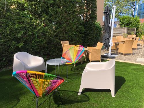A seating area at Hotel Arc-En-Ciel Colmar Contact Hotel