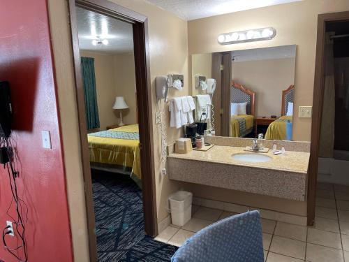 A bathroom at Rodeway Inn & Suites Riverton