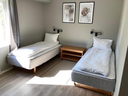 En eller flere senger på et rom på Strand