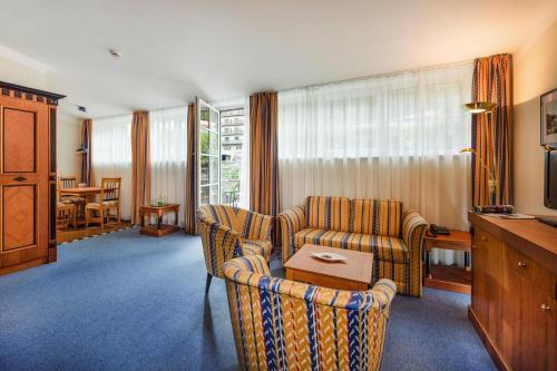 Ein Sitzbereich in der Unterkunft Hotel MONDI Bellevue Bad Gastein - OSB02094-DYE