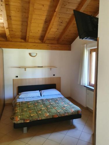 Een bed of bedden in een kamer bij Bungalows in Camping Solarium