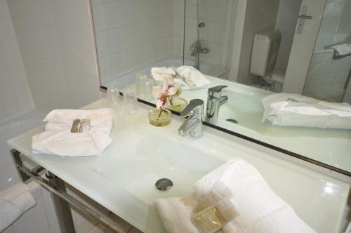 A bathroom at Hotel The Originals Boutique Rosny Golf