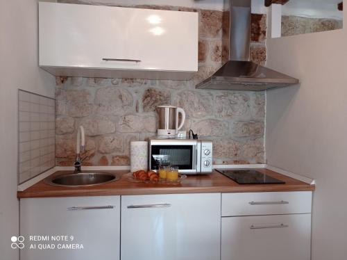 A kitchen or kitchenette at Studio Makala