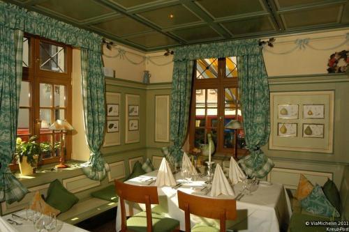 Ein Restaurant oder anderes Speiselokal in der Unterkunft Hotel Gasthaus Kreuz Post
