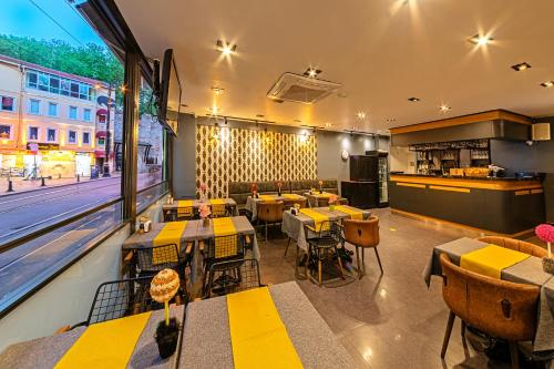 A restaurant or other place to eat at Neda Hotel Istanbul