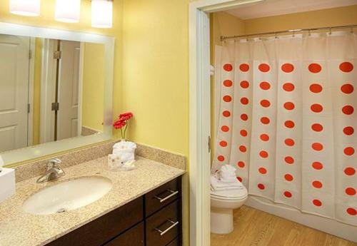 A bathroom at TownePlace Suites by Marriott Beaumont Port Arthur