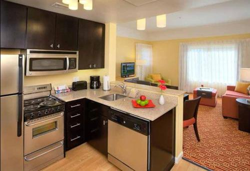 A kitchen or kitchenette at TownePlace Suites by Marriott Beaumont Port Arthur