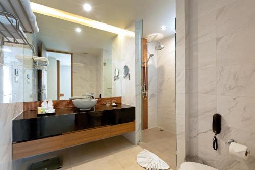 Ванная комната в Splash Beach Resort, Maikhao Phuket - SHA Plus