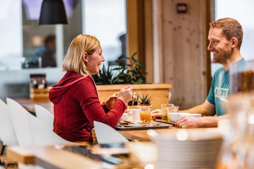 A restaurant or other place to eat at Nordic Hostel - das Zuhause für Sportler