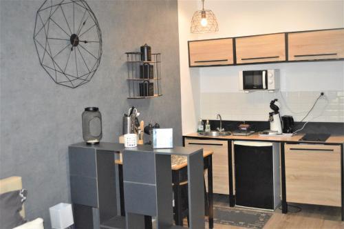 A kitchen or kitchenette at Studio industriel de Steenia Vieux port
