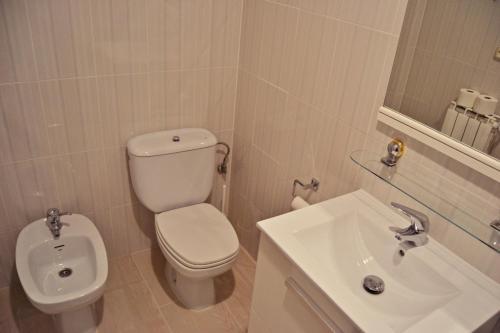 A bathroom at Hostal La Corte