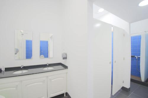 A bathroom at Santa Maria Hostel