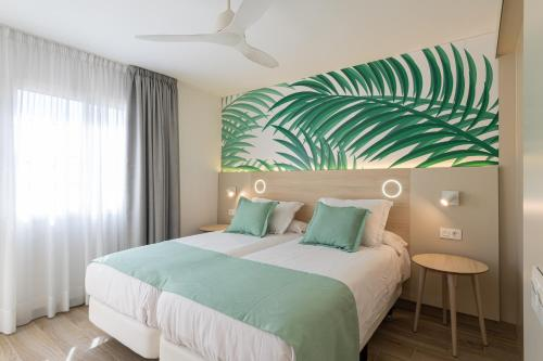 A bed or beds in a room at Bungalows Cordial Green Golf