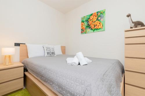 A bed or beds in a room at Apartament Zielony Sopot Karlikowo by Renters