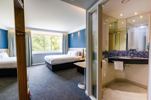 A bathroom at Holiday Inn Express Norwich, an IHG Hotel
