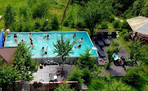 O vedere a piscinei de la sau din apropiere de Vila Alunis