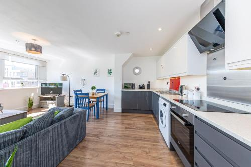 A kitchen or kitchenette at Modern Contractor Flat with FREE Parking in a Great Location by ComfyWorkers