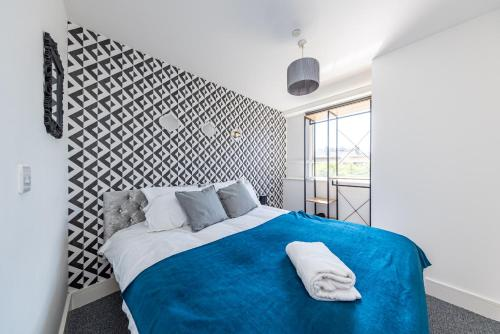 A bed or beds in a room at Modern Contractor Flat with FREE Parking in a Great Location by ComfyWorkers