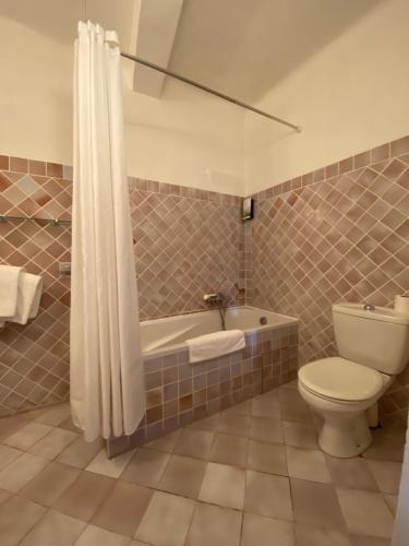 A bathroom at Hotel du Vieux Chateau