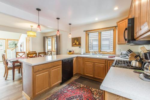 A kitchen or kitchenette at Grandview Condo 1490