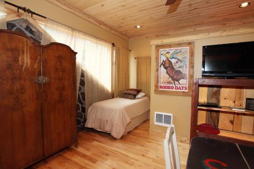 A bed or beds in a room at Lotus Mountain Suites - West Suite