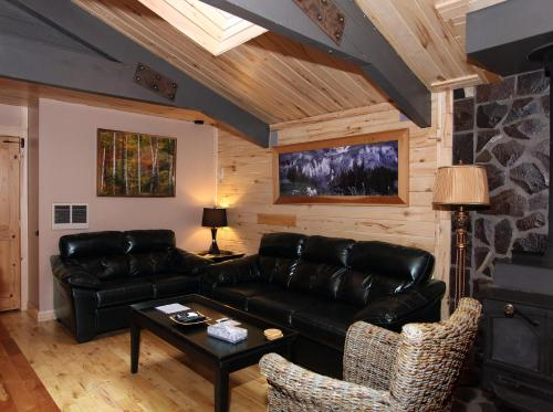 A seating area at Lotus Mountain Suites - The Gallery