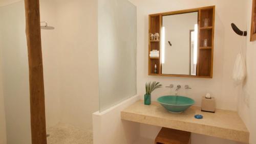 A bathroom at Mahekal Beach Front Resort & Spa