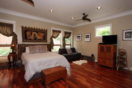 A bed or beds in a room at Lotus Mountain Suites - East Suite