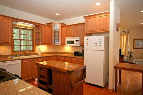 A kitchen or kitchenette at Portland Park Townhome - Unit 1