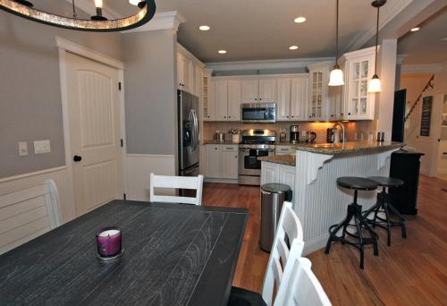 A kitchen or kitchenette at 731 2nd Street