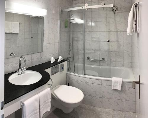 A bathroom at Hotel Crystal