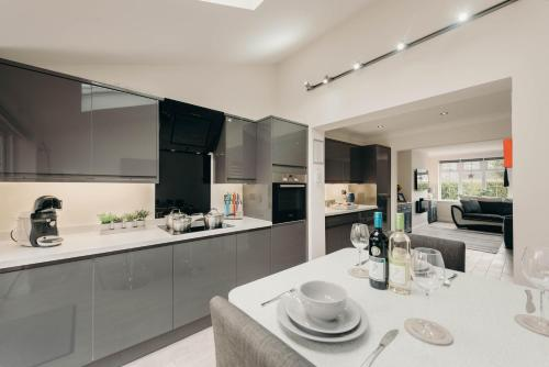 A kitchen or kitchenette at Beach House With Hot Tub 5 Seat Cinema Private Parking Ultra Modern Property