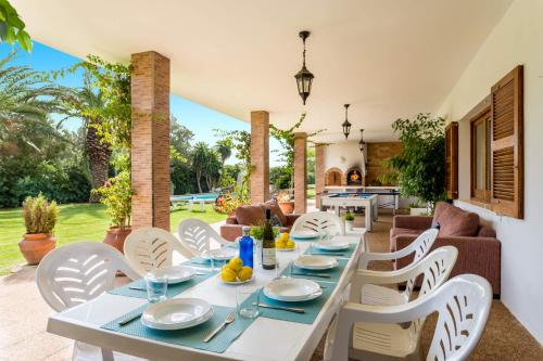 A restaurant or other place to eat at Villa Son Tretze by Villa Plus