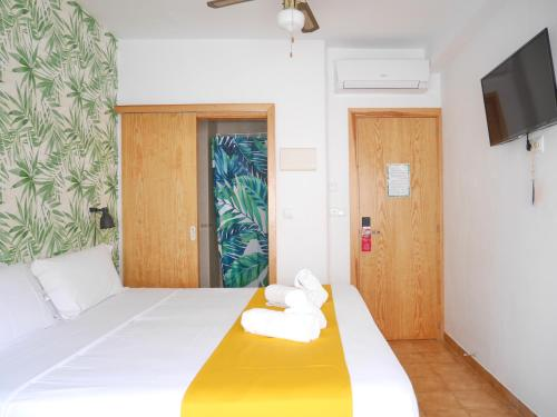 A bed or beds in a room at Nanit Rooms Ibiza Hostal