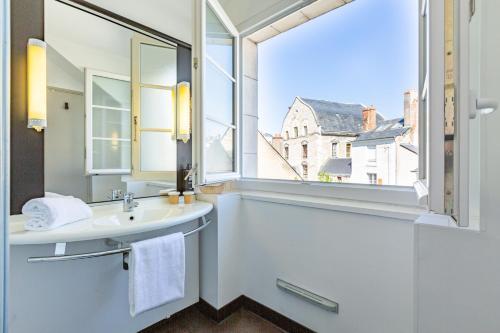 Salle de bains dans l'établissement ibis Blois Centre Château