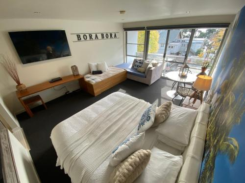 A bed or beds in a room at Lorne World