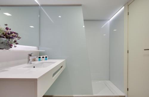 A bathroom at Calipolis