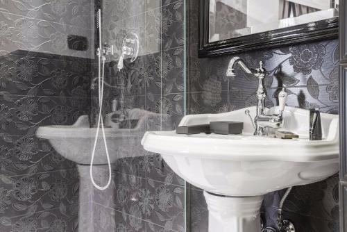 A bathroom at Hotel Lombardia