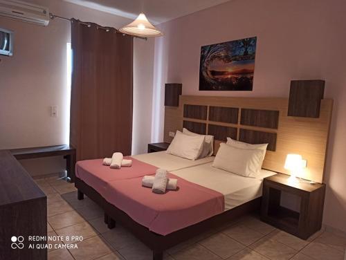 Un pat sau paturi într-o cameră la No Name Apartments