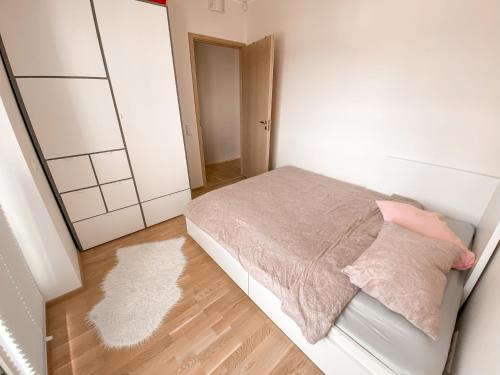 A bed or beds in a room at Cozy modern 2BR apartment near city centre with balcony